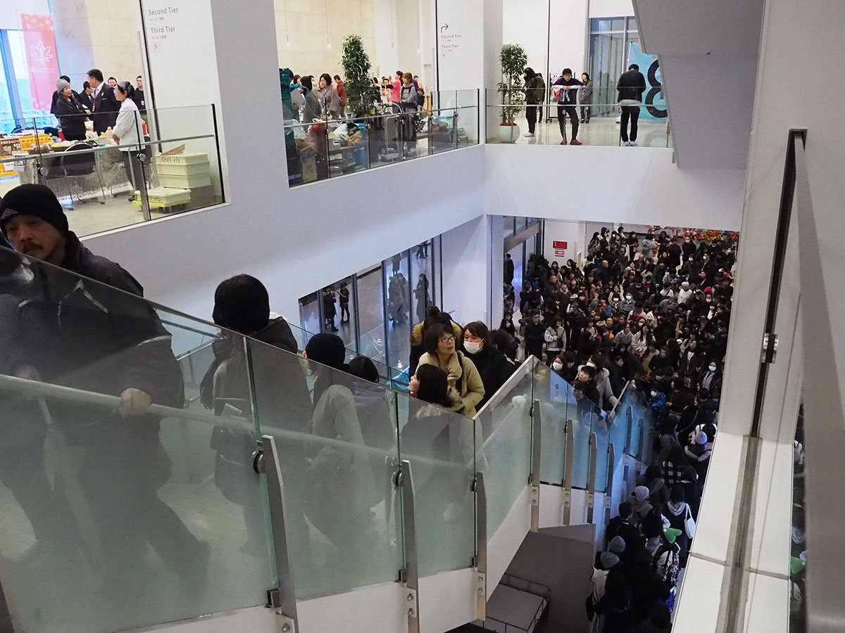 ライブを鑑賞しようと多くの人が集まった